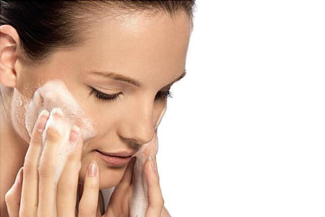 Mulher cuida da pele