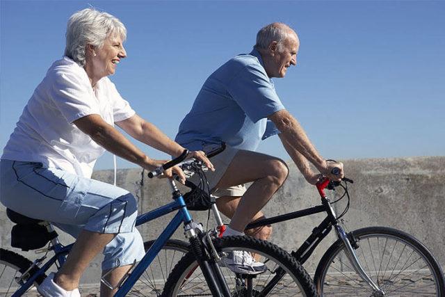 idosos na bicicleta