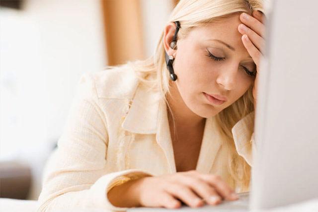 Mulher sofrendo com os sintomas da TPM grave