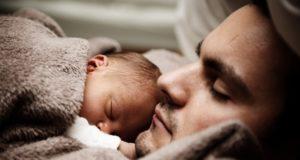 Homem dorme com bebê