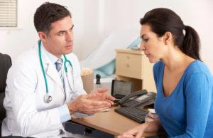 Mulher se consulta com o médico para saber os efeitos colaterais da reposição hormonal