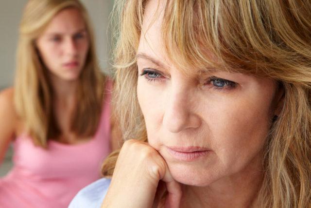 mulher triste se pergunta: será que estou na menopausa?