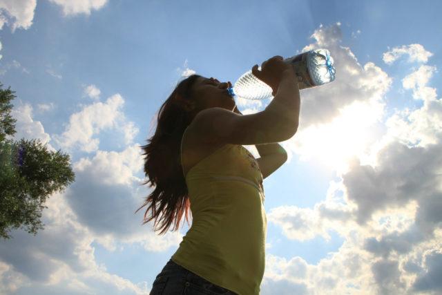 mulher se hidrata para melhorar a imunidade