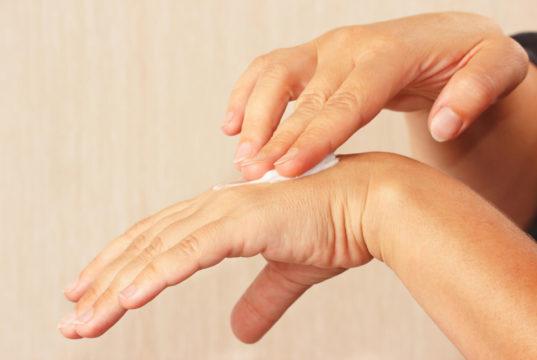 Pele, unhas e cabelo na menopausa tendem a ficar mais frágeis e até em mal estado nesse período. Confira nossas dicas para mudar isso!