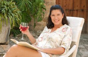 mulher madura e bebidas alcoólicas na menopausa