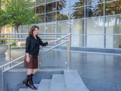 mulher sobindo escadas praticando Exercícios físicos durante o trabalho