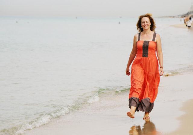 Mulher andando com ossos fortes na menopausa