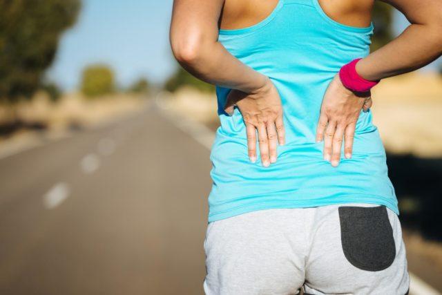Mulher sente as dores na menopausa