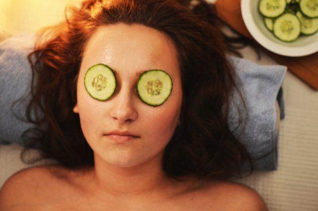 Mulher mostrando um dos cuidados da pele