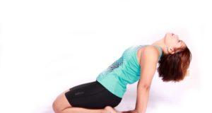 Mulher demonstra exercício para incontinência urinária na menopausa