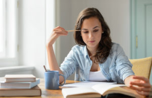 Mulher praticando mindfulness. Atenção plena. Esses termos se referem a uma prática milenar que acalma os pensamentos e pode ser praticada em qualquer lugar.