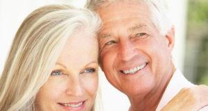 Casal na idade da menopausa e andropausa
