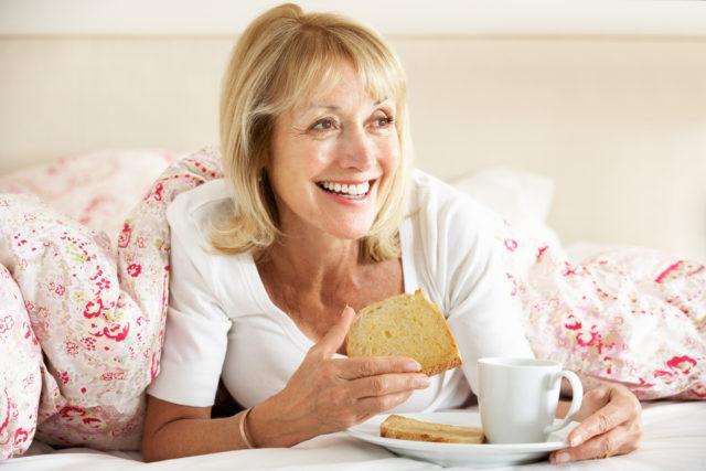 melhorar o humor durante o café da manhã na cama