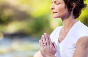 mulher meditando em meio a mudanças psicológicas da menopausa.