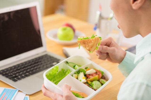 uma alimentação saudável significa comer bem no trabalho ou em qualquer lugar