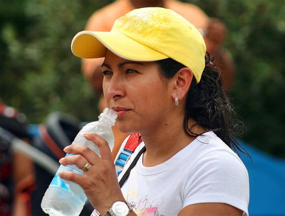 Beber água é ótimo para diminuir o inchaço da menopausa