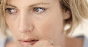 Mulher que crê que a menopausa engorda