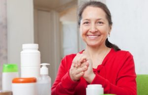 mulher passando cremes nas mãos em seu day spa
