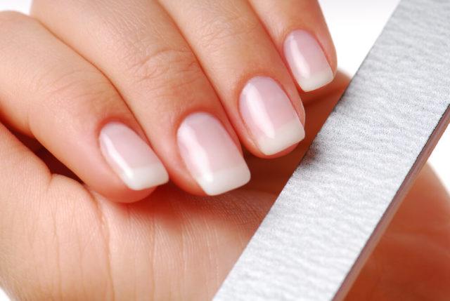 Unhas quebradiças prejudicam a aparência e a autoestima feminina. Descubra o por que isso acontece, como fortalecer as unhas e deixá-las lindas e saudáveis.