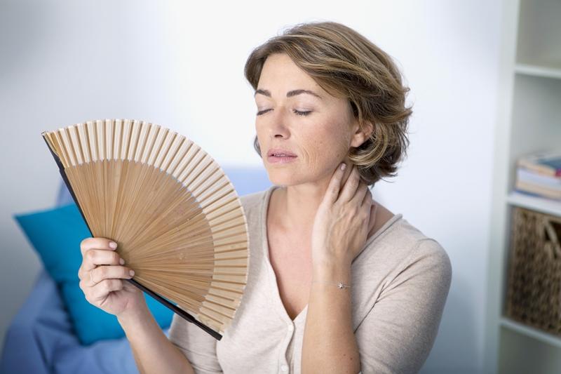 mulher-com-calor-na-pre-menopausa