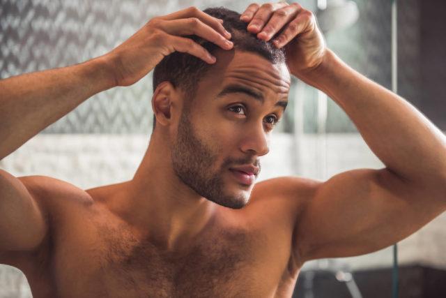 Homem verificando a perda de cabelo
