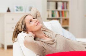 Mulher pensa em como tratar a menopausa