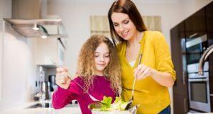 Mãe e filha cuidando da saúde e nutrição