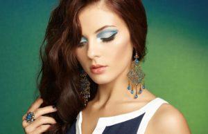 Mulher com maquiagem minimalista