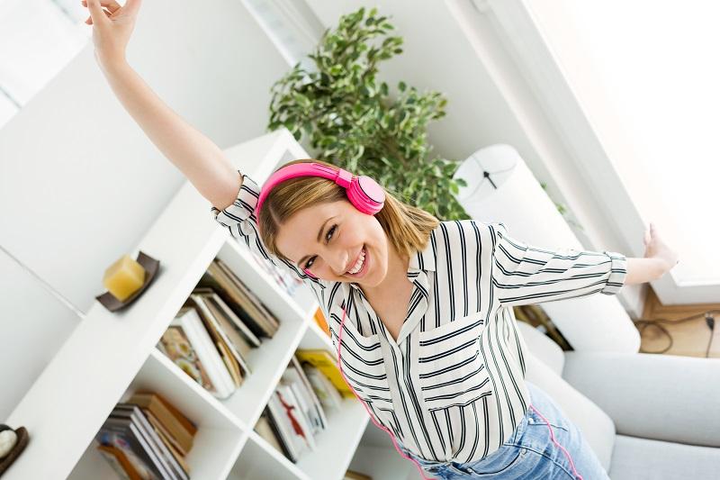 atividades-para-tirar-o-tedio-mulher-dancando