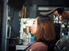 Mulher tem os cabelos escovados