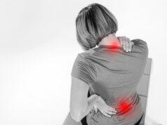 Mulher afetada pela fibromialgia