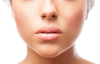 Close-up na pele de uma mulher com boa produção de colágeno