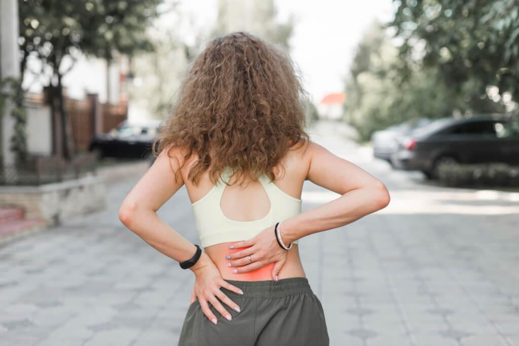 Mulher sofrendo com as dores da Fibromialgia