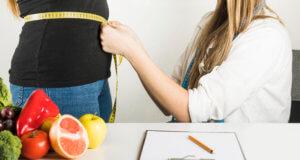 Mulher com aumento de peso na TPM